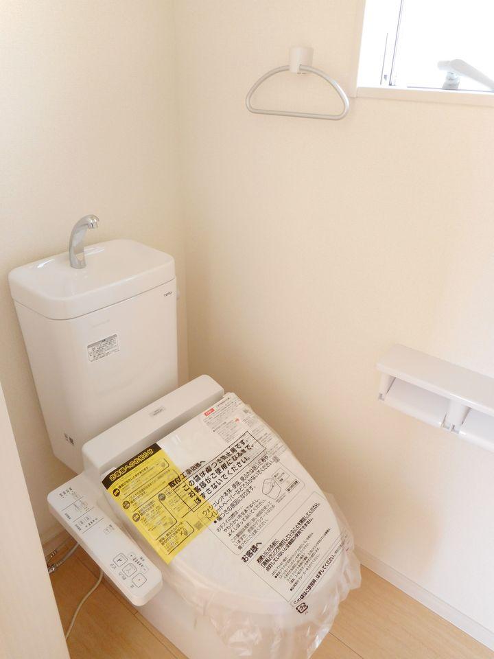 2か所のトイレは朝の混雑緩和に活躍します。 1・2階共にウォシュレット完備。 (同社施工例)