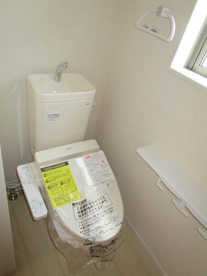 【同社施工例】2箇所あるトイレは快適な温水洗浄便座付き