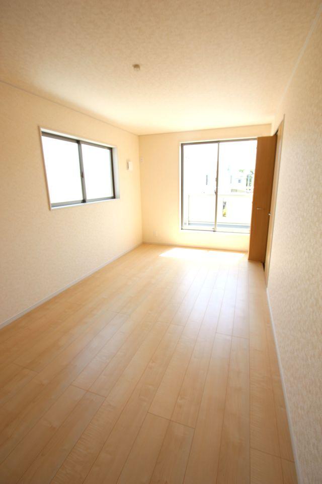 2階洋室は全てフローリング貼でお掃除楽々です。 全室南向きの明るく暖かなお部屋です。