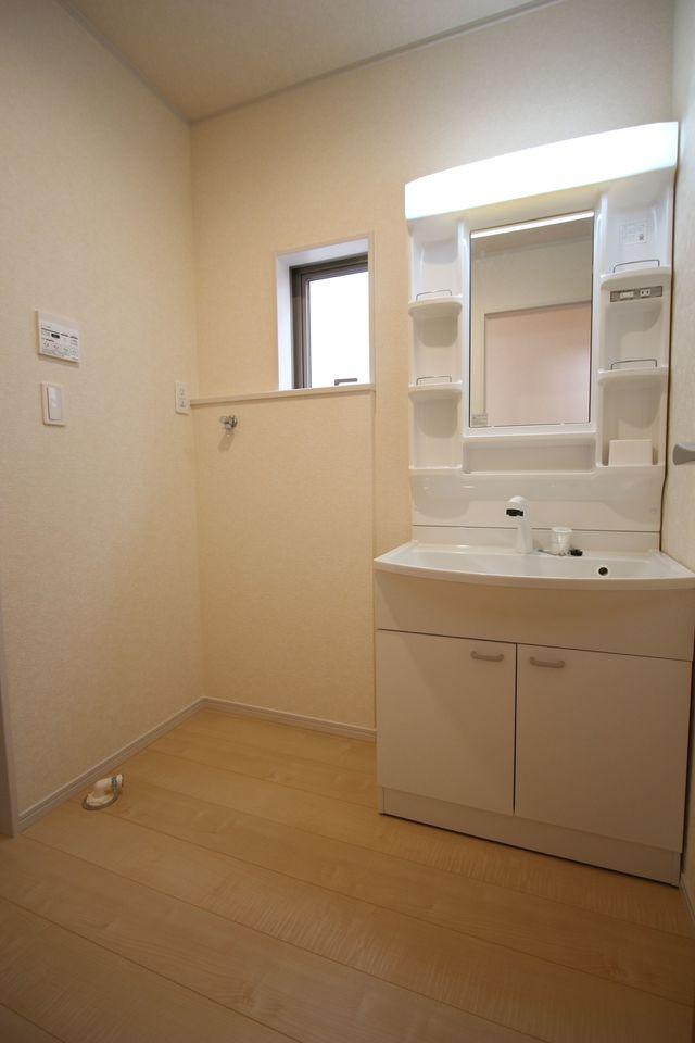 大型の洗濯機も無理なく設置できる広さを確保。 洗面台は便利なシャワー付きです。