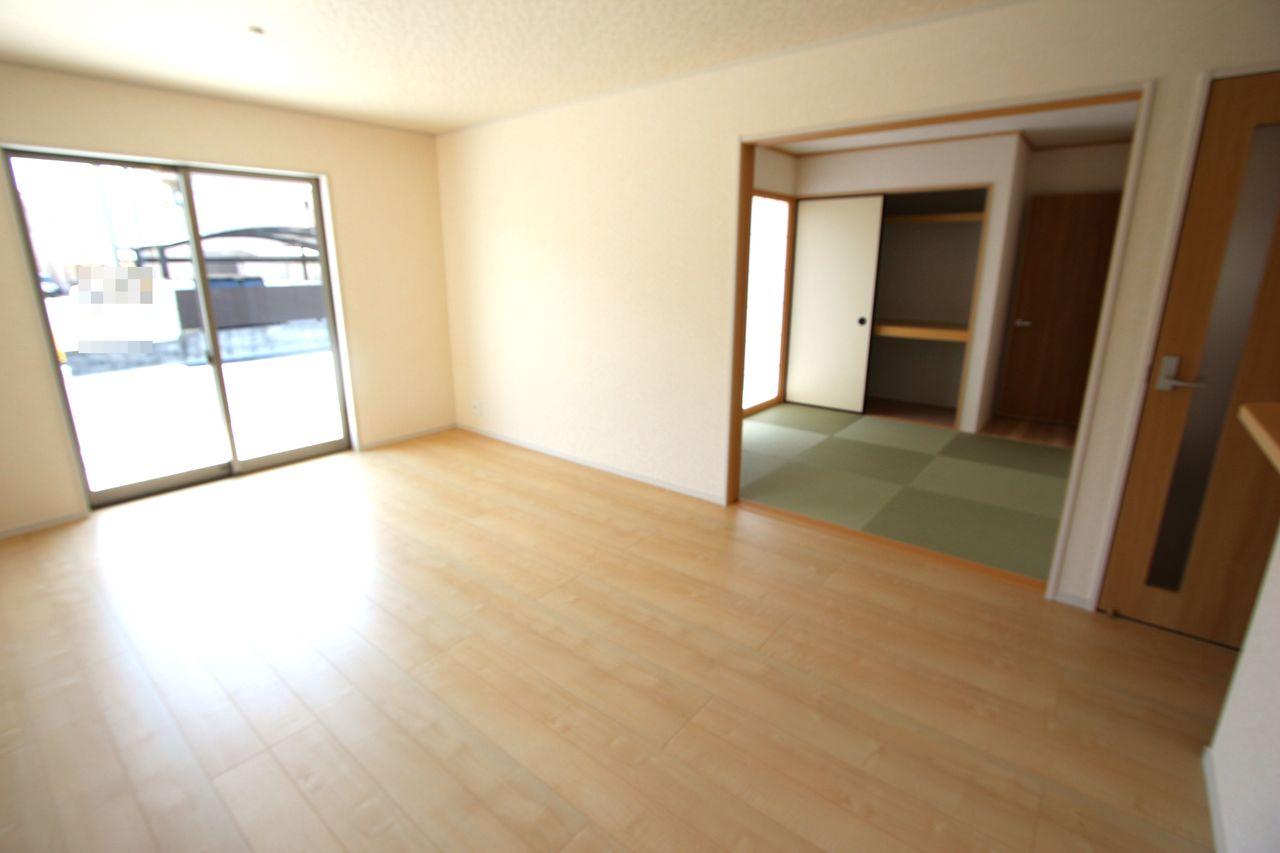 和室と合わせて21帖の大きな空間!! 大勢のお客様がいらしてもゆったりおくつろぎ頂けます。 南向きの明るいお部屋!