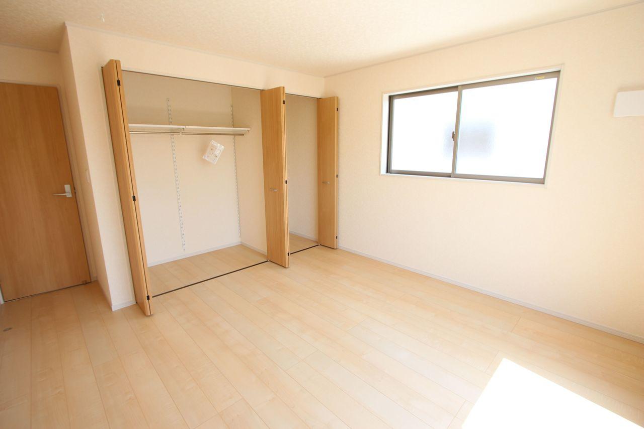 8.5帖洋室は壁一面にクローゼットを設置しております。 沢山の衣類や小物もすっきり整理できますね。