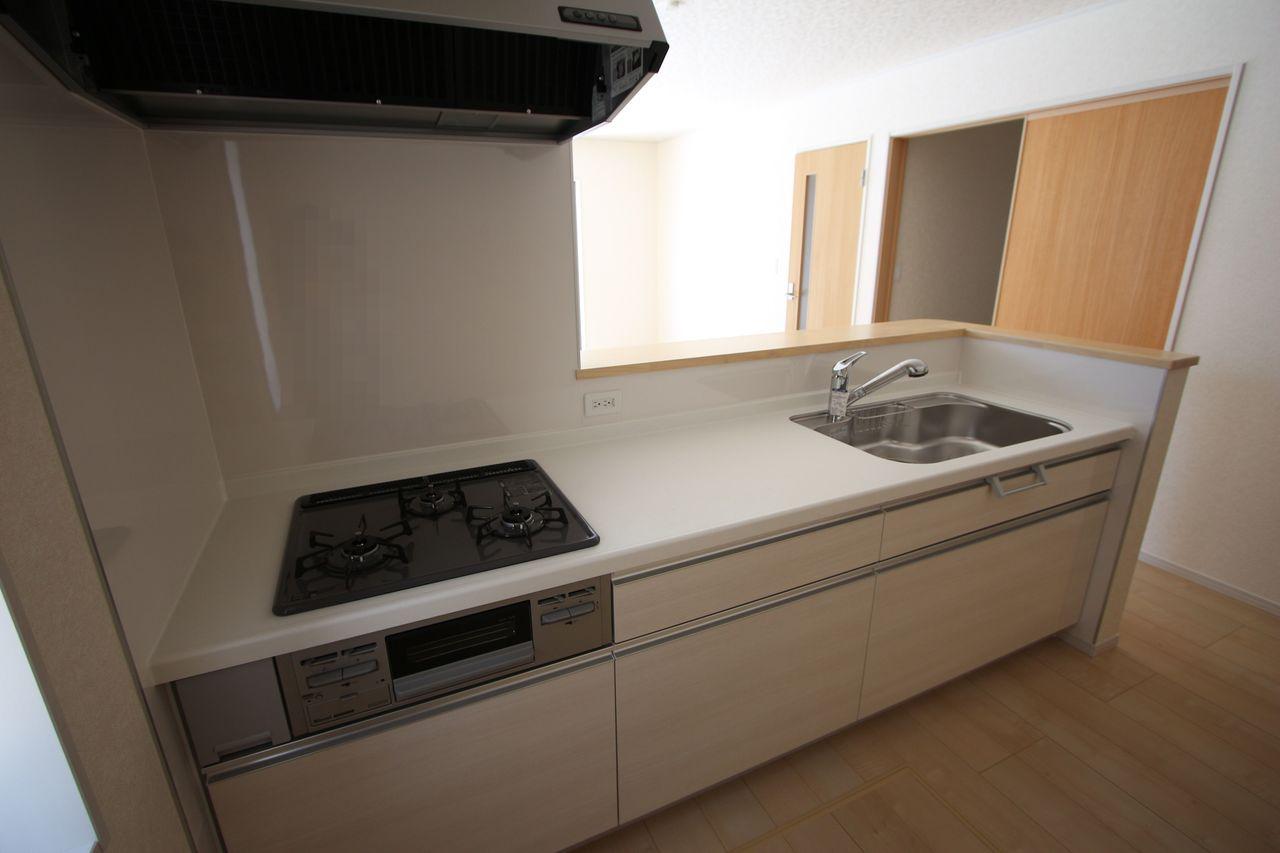 ご夫婦でお料理を楽しんで頂ける大型のシステムキッチン。 リビングの様子も良く見えます。