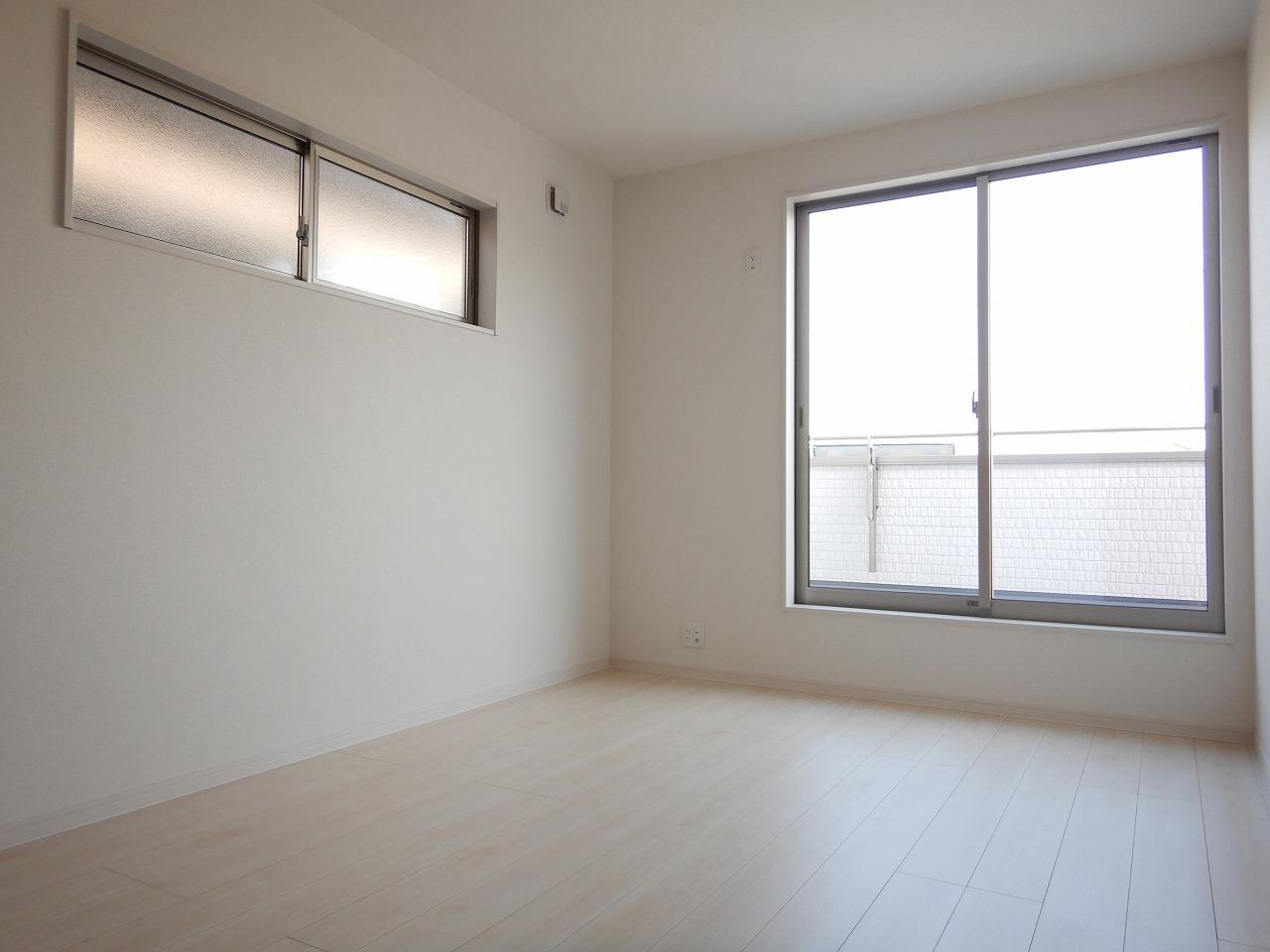 バルコニーに面した明るい洋室♪施工事例。実際のものと異なります。