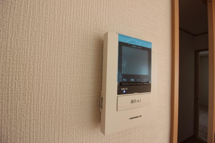 来客時に便利、TVモニター付きインターホン。顔が見えるので防犯上も安心です。