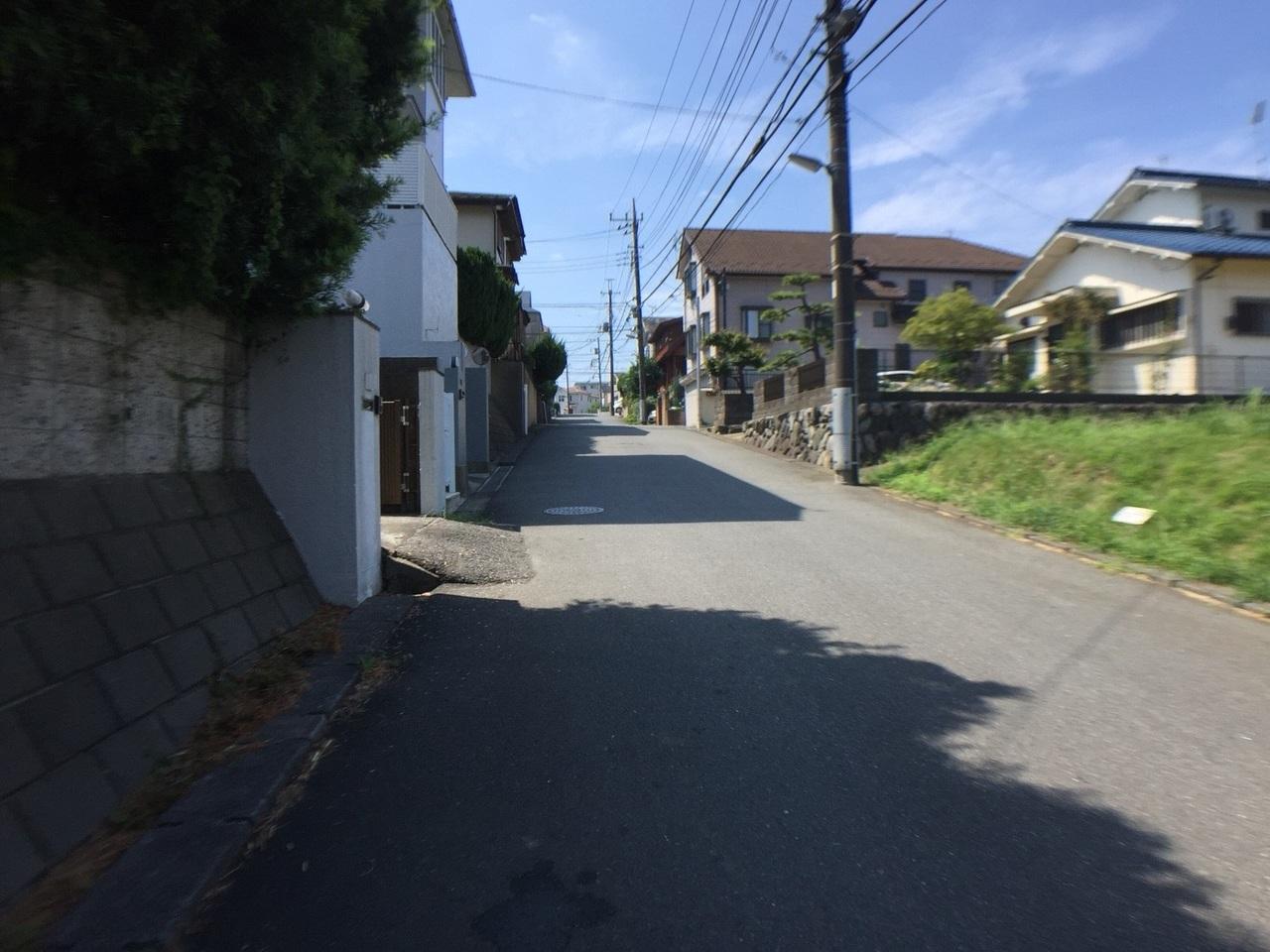前面道路(建物車庫前から撮影) 道路はゆったり6mあります。
