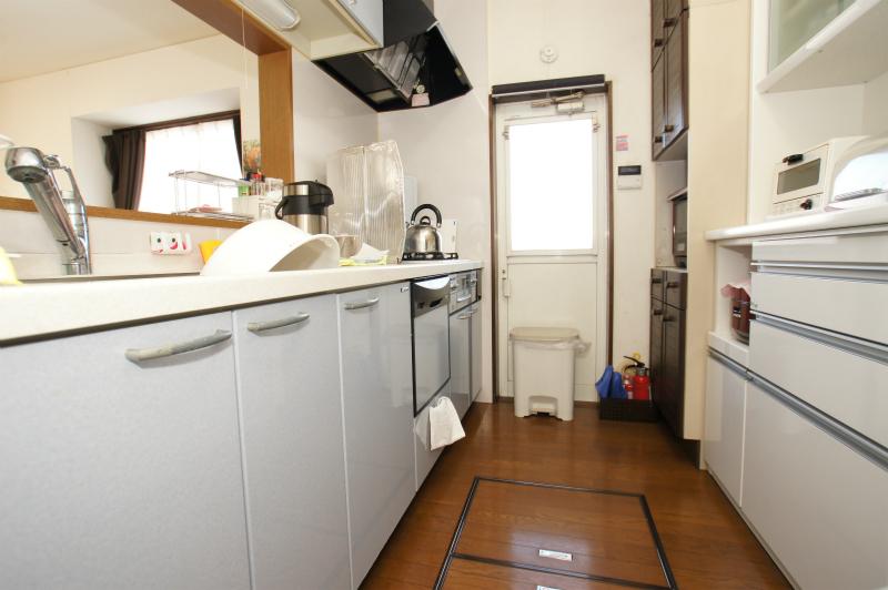 キッチン 食器洗浄機付き 背面にカップボードも設置されております。