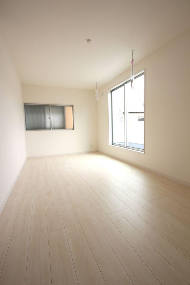 和室と合わせて24.5帖の大きな空間です。 お客様が大勢いらしても、ゆったりおくつろぎ頂けます。 (同社施工例)