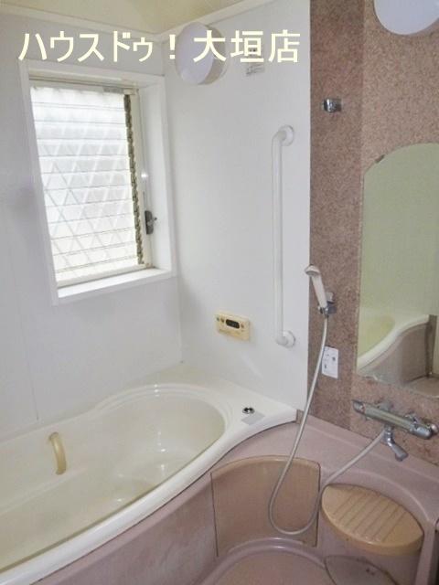 浴室には窓が付いています。湿気が溜まりやすいので浴室換気ができますね。