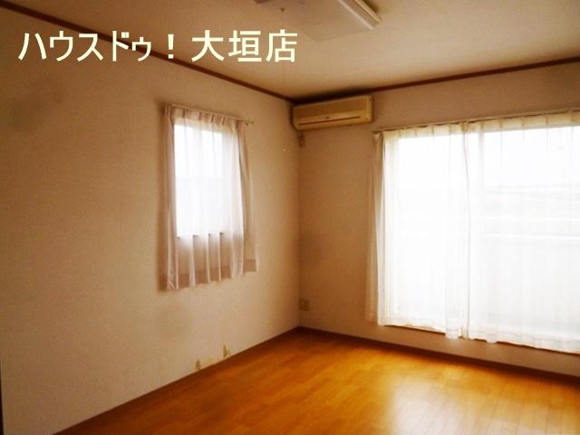 南側の居室からバルコニーへでられます。2面の窓で明るいお部屋です。