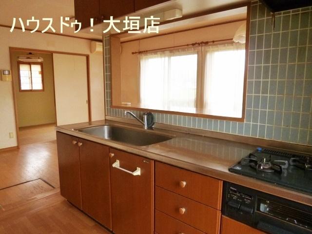 収納棚が沢山のキッチン。広々スペースでお料理が出来ますね♪