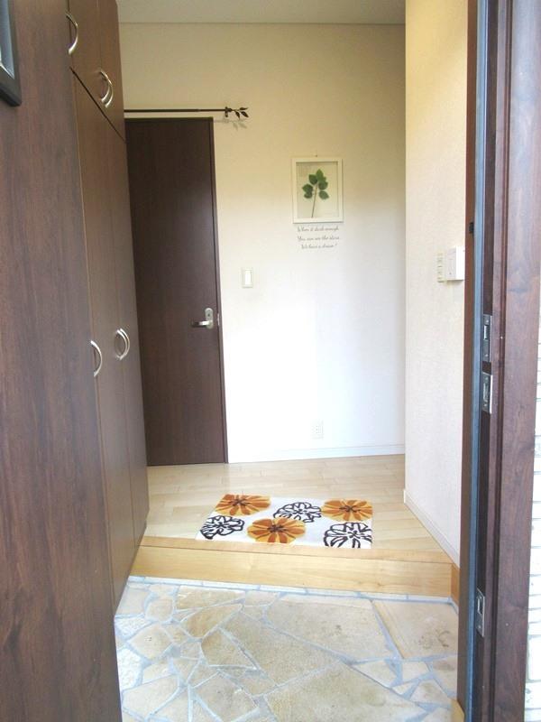 ◎玄関 室内きれいにお使いです!ご見学の際はご予約ください! 平成25年7月に防蟻工事完了!平成23年7月にカーポートを設置!