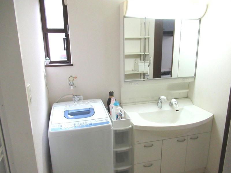 ◎洗面所 三面鏡は鏡面も広く、収納部分も多いので、使い勝手も良いです! 洗面は、キッチンと廊下の2WAY導線で、奥様の家事もスムースに!