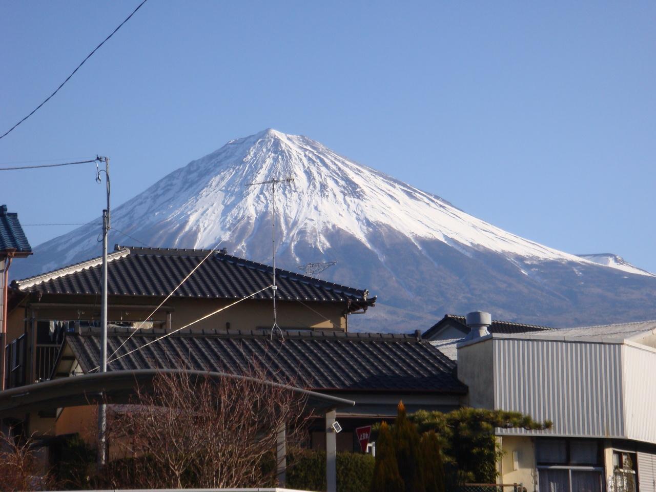 北東の道に出ると、 富士山が見えます。