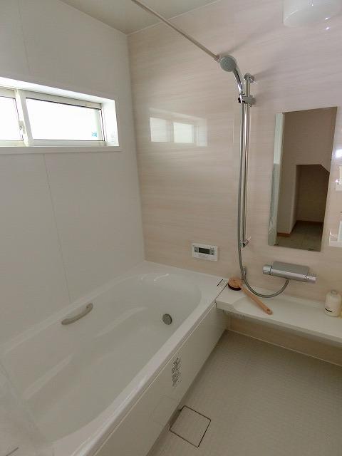 室内(2018年2月)撮影 ご高齢の方、お孫さんの入浴などに朗報です。冬場の浴室はとっても寒いですよね。 ほっカラリ床を採用した浴室に入った瞬間より心地よく入浴が出来ます。