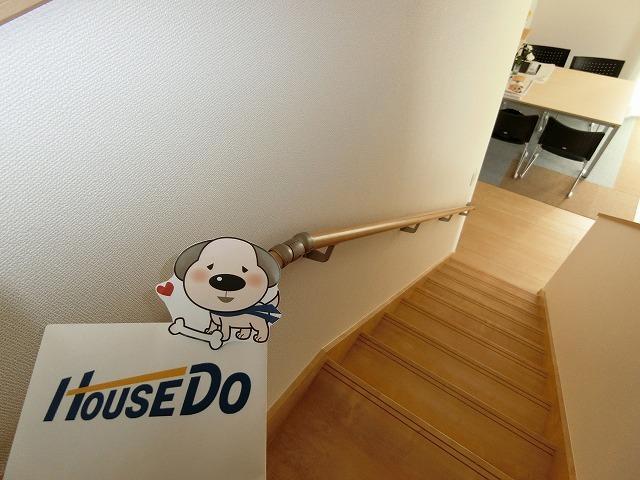 階段は手すり付きで、小さなお子様や高年齢の方にも安心です。