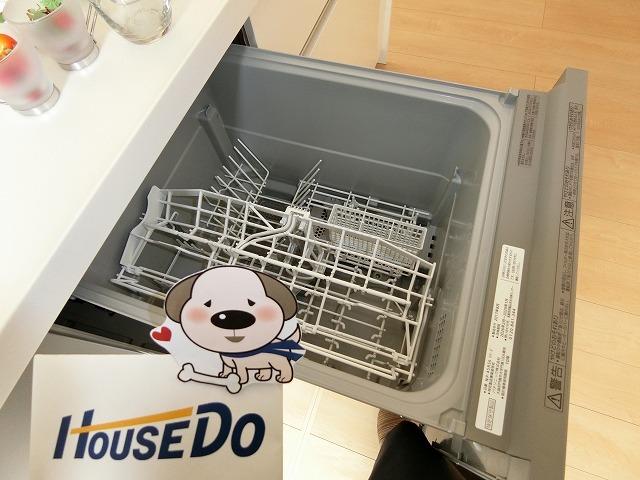 手洗いよりも節約できる食器洗い乾燥機を標準装備。水道料は1/7、ランニングコストも半分以下となります。