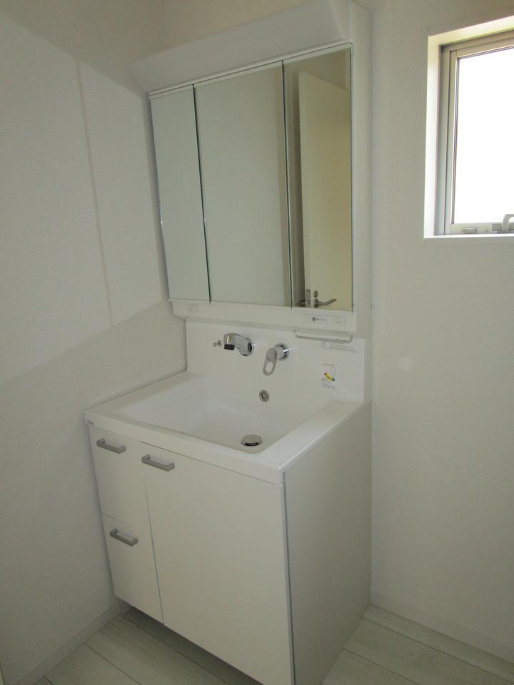 【同社施工例】ワイドな鏡、シャンプードレッサ付、小物収納もたっぷりの洗面化粧台