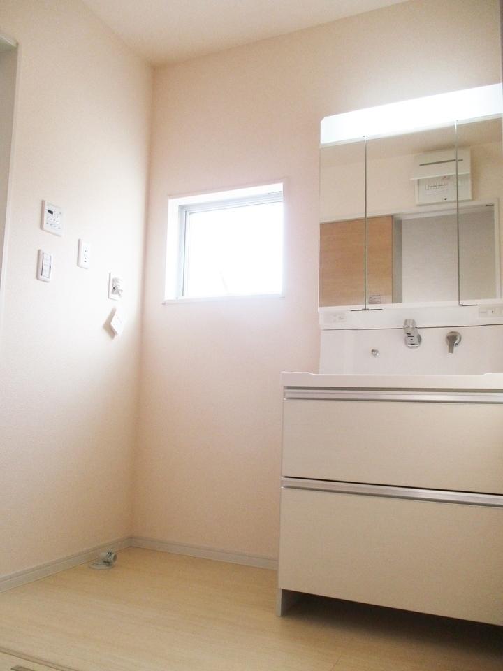 【同社施工例】ワイドな鏡を備え、小物収納もたっぷりの洗面化粧台