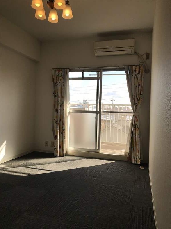 リビングの他に2部屋居室スペースがございますので、主寝室やお子さま部屋にいかがでしょうか(^^)ベランダに面しており心地よい風が通り抜けます♪