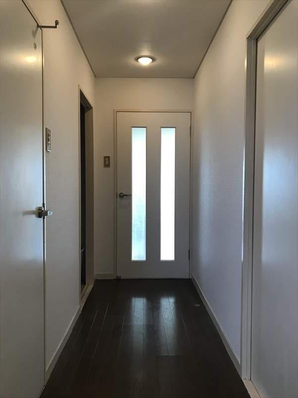 白を基調とした壁、扉と床の木目が明るく清潔感のある空間を演出してくれます♪