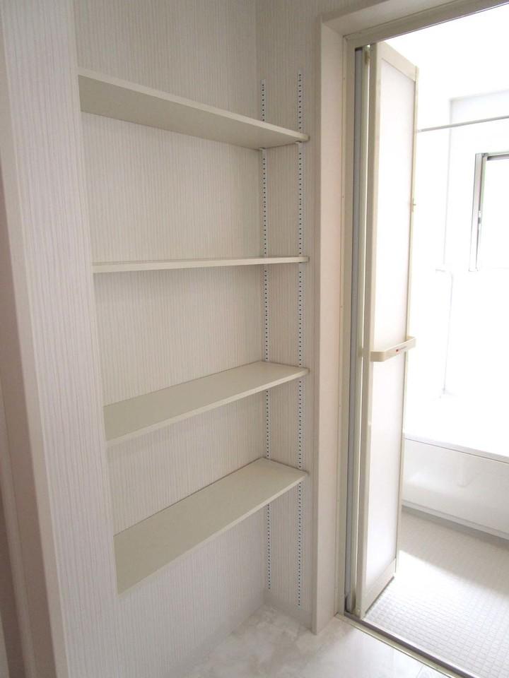 洗面所にはタオルなどたくさん収納できそうな棚も付いてまいます!これは便利!