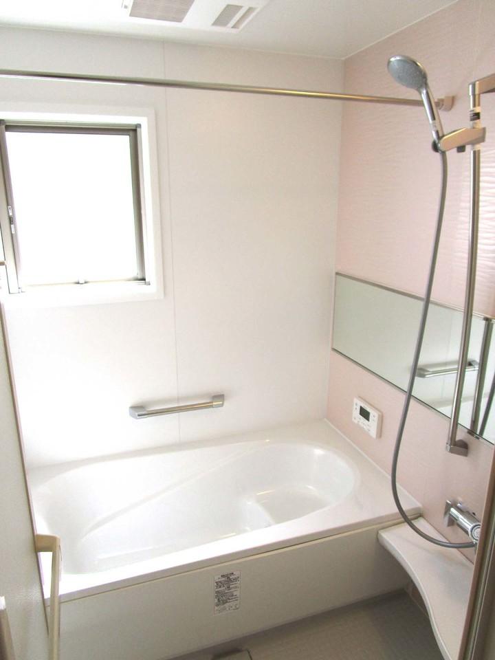 ピンク色の壁の可愛らしい浴室です。
