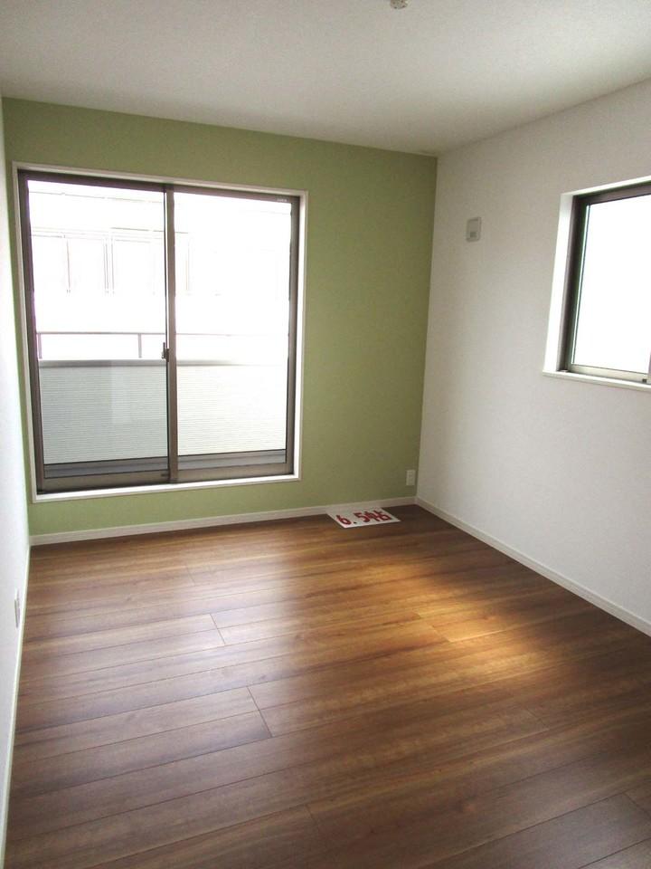 3階洋室6.5帖 緑の壁が良いアクセントになっています♪