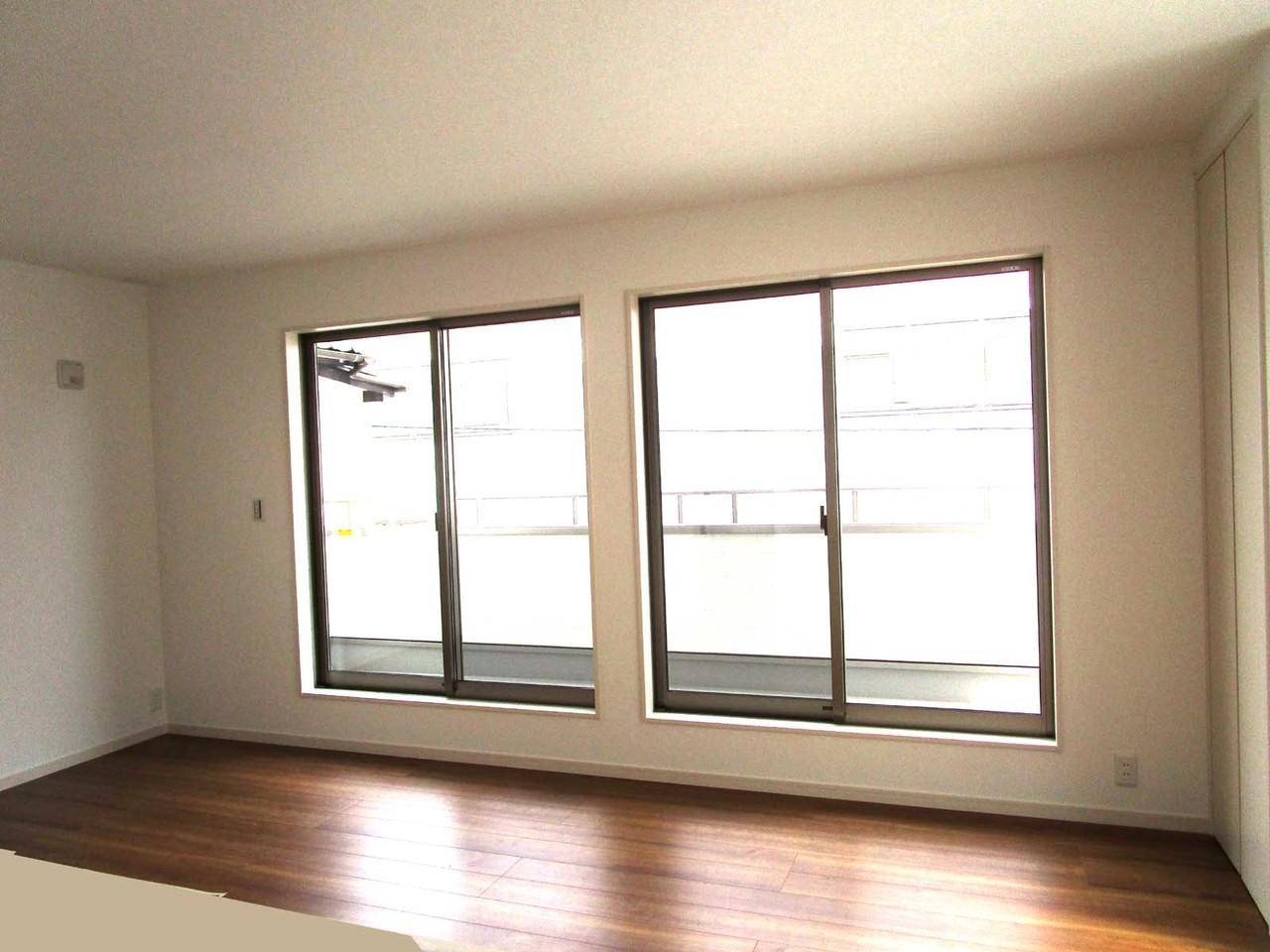 キッチンからLDKです。大きな窓はたくさん光を取り込んでくれます♪