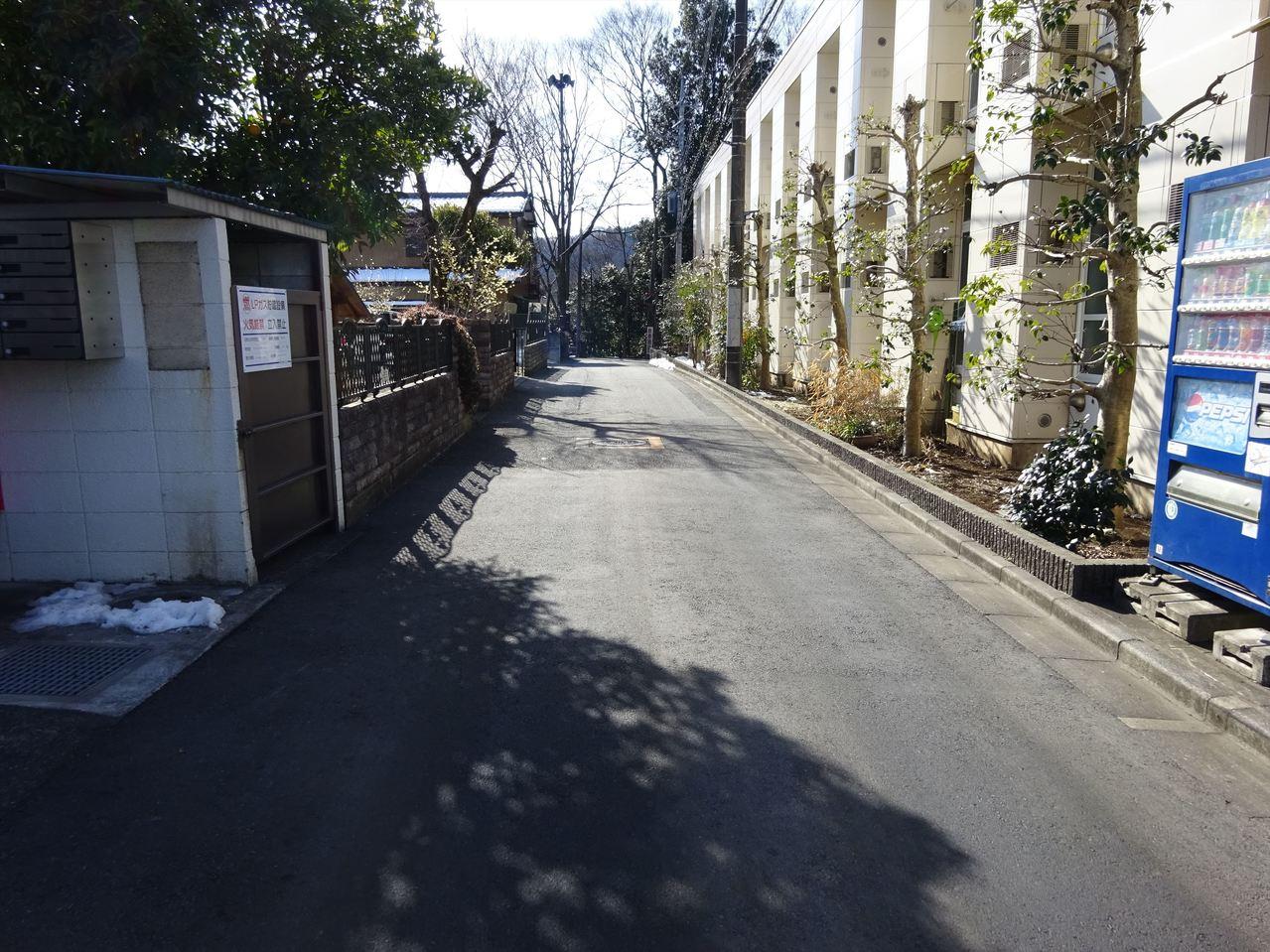 十分な広さはありますが車通り は少ない道路です