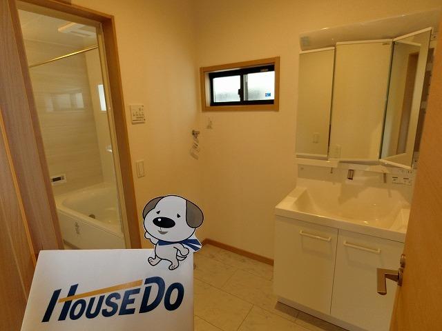 洗濯機置場のほか、デットスペースがあり、ワーキングスペースにしても、収納スペースにしてもいいですね。
