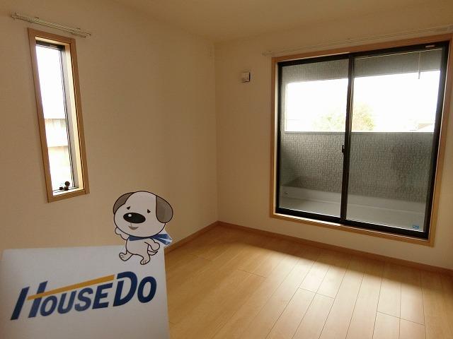 2階6畳の洋室。バルコニーに面しています。