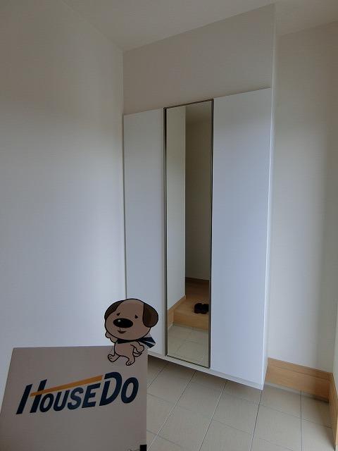 シューズボックスの扉は姿見鏡になっております。お出かけ前の身だしなみのチェックに最適です。