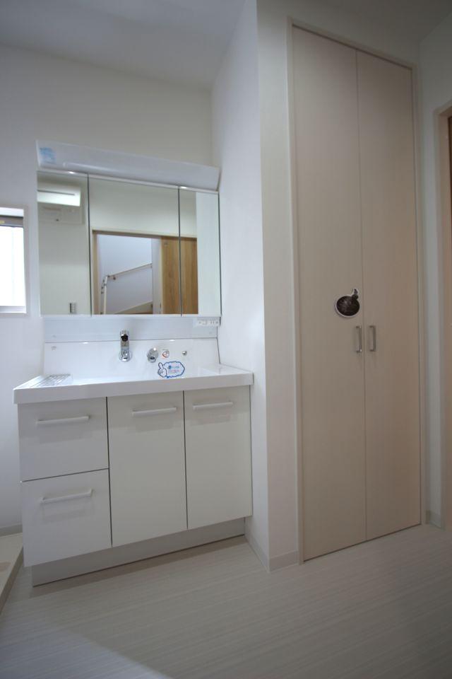 キッチンから直接出入りできる便利な間取りです 洗面台横に大容量の収納を設置。 タオルや日用品の定位置として大活躍しますね。 大きな洗濯機も無理なく設置して頂けます。