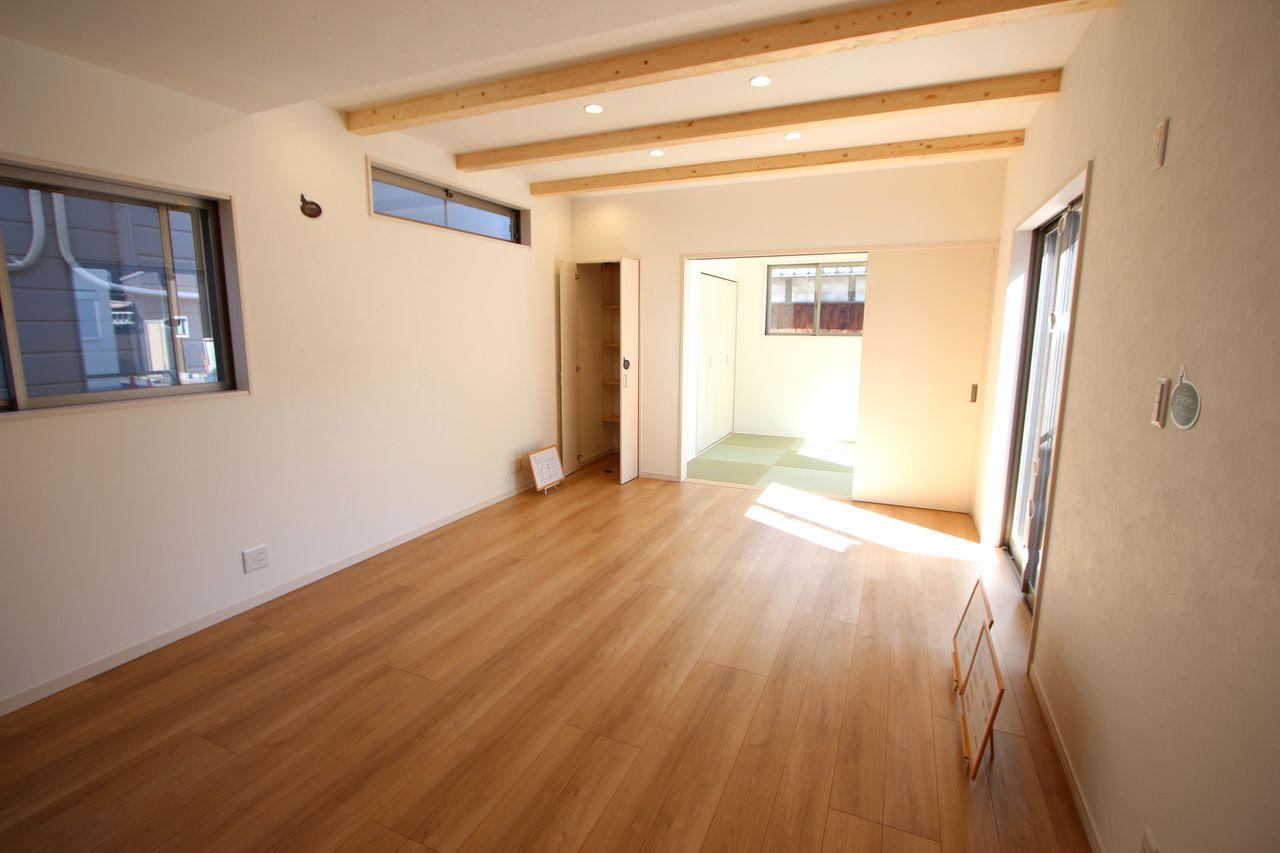 和室を合わせて21.5帖の大きなお部屋。 物入れもあり、散らかりがちな場所の整理に役立ちます。