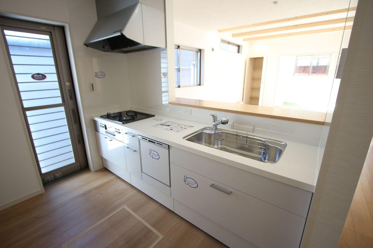 便利な勝手口を設置。 大型の引き出しと床下収納があり、沢山の調理器具もスッキリ整理できます。