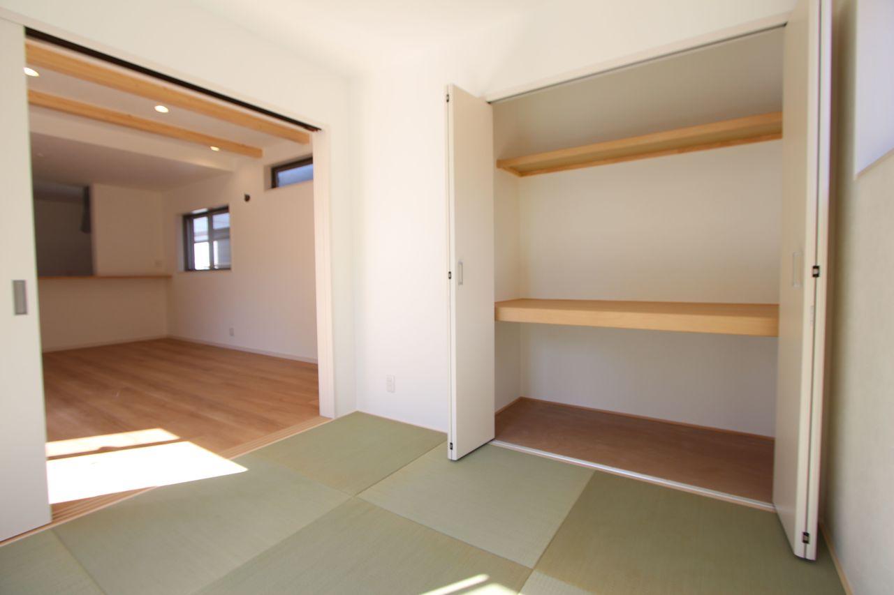 リビングに続く和室は大変開放的。 クローゼットタイプの押入れはふすまの貼替の手間も無く、 お手入れ楽々です。