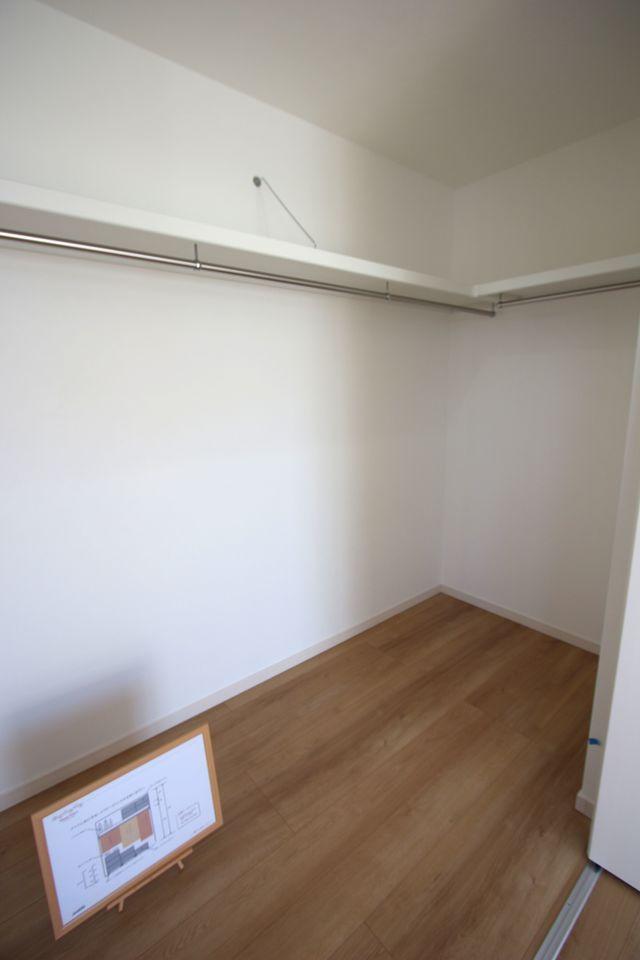 8.75帖洋室にはウォークインクローゼットを配置。 約3帖の広さがあり、お手持ちのタンスや チェストを置いて頂けます。