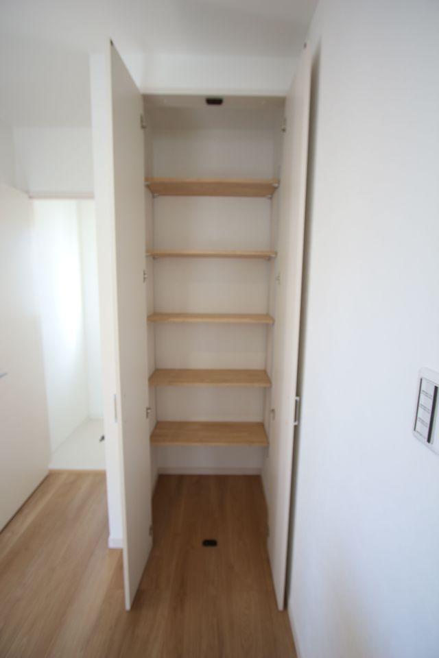 2階廊下にも収納を設置しました。 少しのスペースでも無駄にせず有効活用!