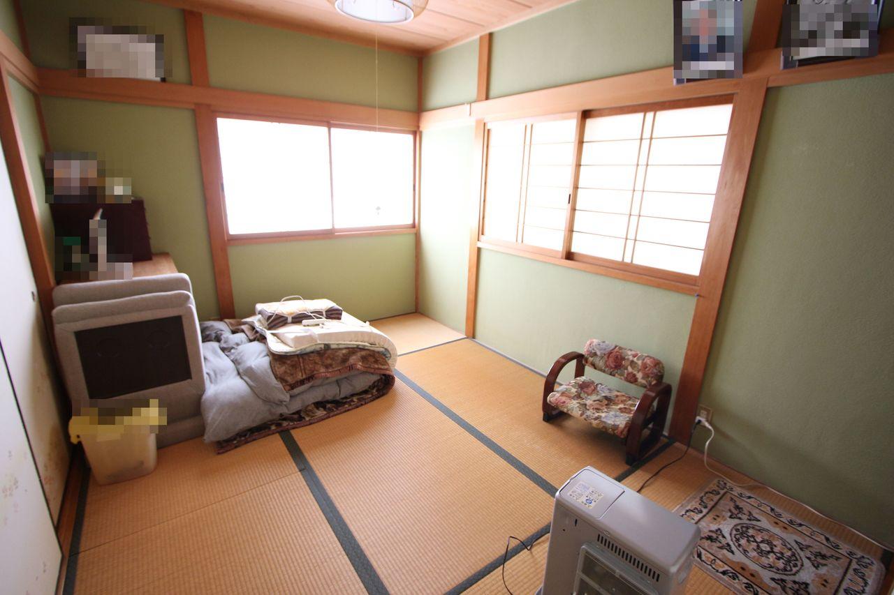 【2階和室】 こちらも2面採光の明るいお部屋です。 風通しも問題ありません。