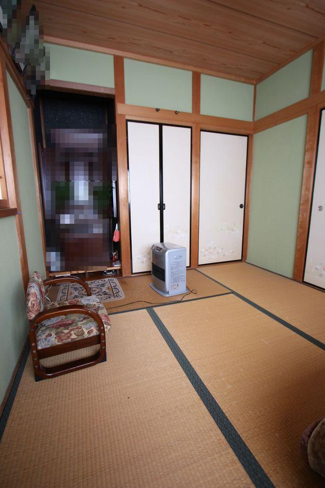【2階和室】 押入と仏間をそなえた本格的な造りです。 2面の窓からさわやかな風が入ります。