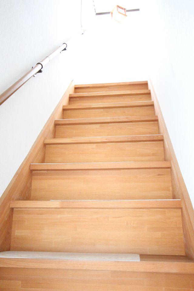 階段はてすり付き。 お子様やお年寄りでも安全ですね。