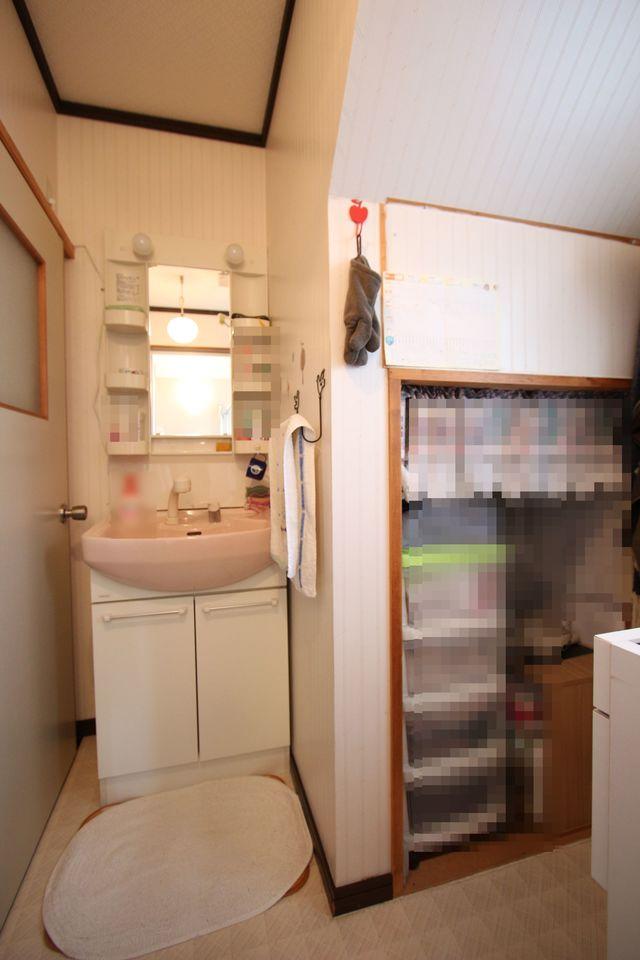洗面台横には階段下を利用した収納スペースがございます。 タオルや、洗剤の買い置き等の定位置にいかがですか?