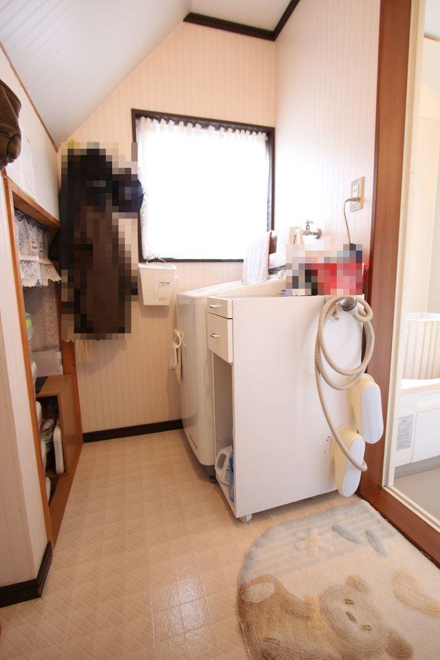 大型の洗濯機も設置可能なゆとりある広さです。