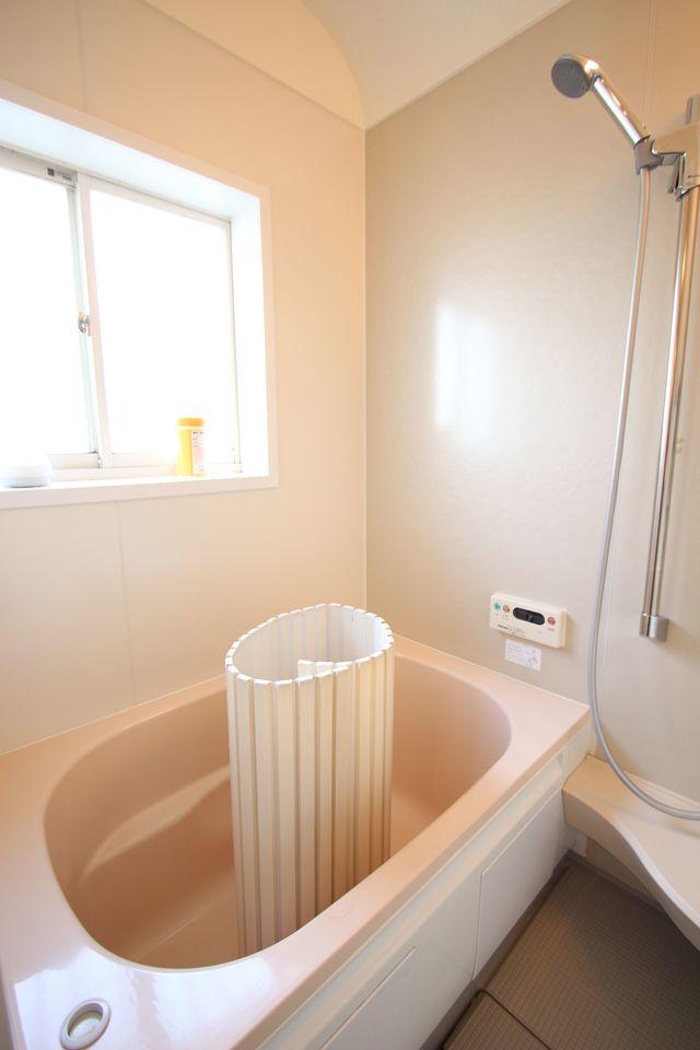 追い焚き機能付きの浴室は1坪サイズです。 足を伸ばしてゆったりおくつろぎ下さい。