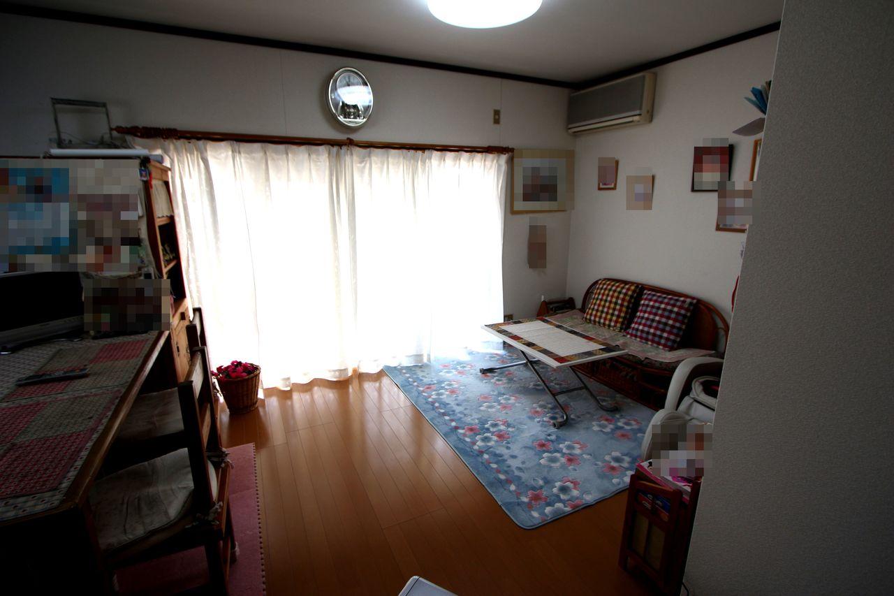 テラスに面したリビングは朝日が 差し込む明るいお部屋。 ご家族の憩いの場にぴったりですね。