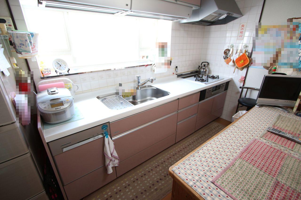 お二人で立たれてもゆったり調理ができる大型のシステムキッチン。 吊戸棚もあり、沢山の調理器具も スッキリ収納して頂けます。