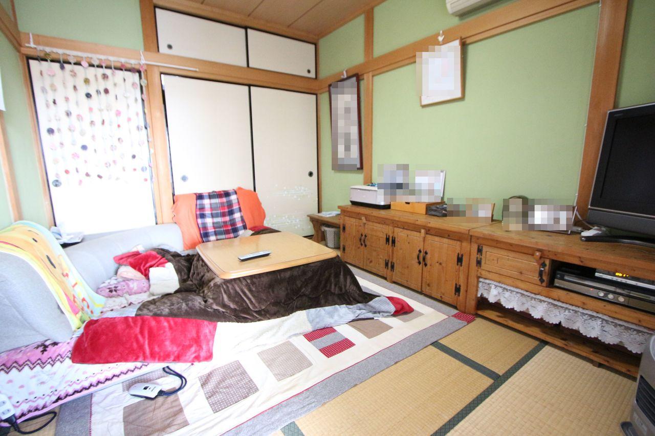 【1階和室】 押入と天袋があり、沢山のお荷物でも安心ですね。 客間や寝室としても便利にお使い頂けます。