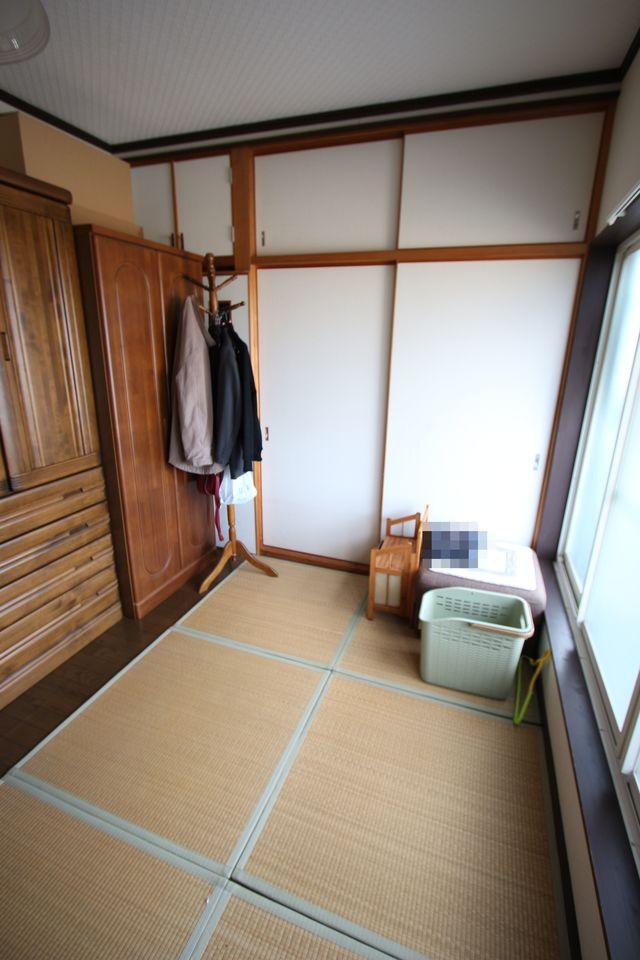 【2階西側洋室】 バルコニーに面した明るいお部屋。 3か所に収納スペースがございます。