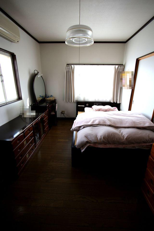 【2階東側洋室】 2面採光で明るさを確保。 和室と続き間としてご利用頂く事も可能です。